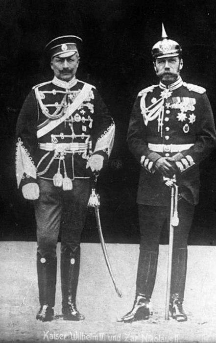 Вильгельм II и Николай II в 1905 году. Императоры на этом фото поменялись военными мундирами.