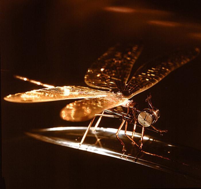 «Время». Самые маленькие в мире действующие механические часы, которые размещены в головке золотой стрекозы. Мотор и часы состоят из 130 деталей. Материал: золото, стекло. М. Сядристый, 1973-1981 гг.
