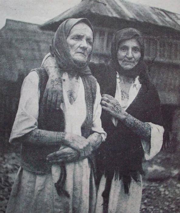 Женщины из Боснии и Герцеговины с языческими татуировками