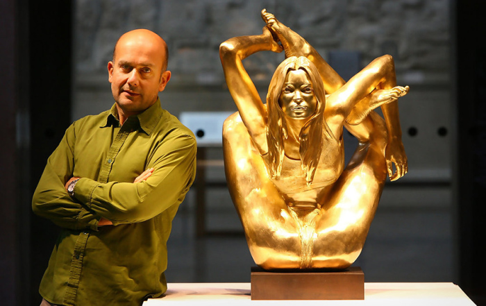 «Сирена» - Кейт Мосс, занимающаяся йогой, и автор скульптуры