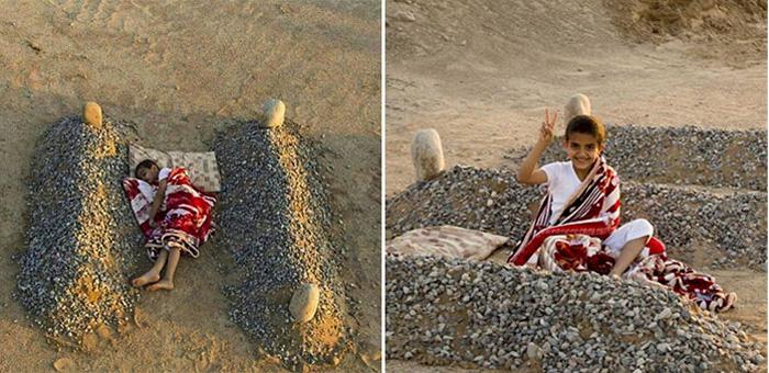 Фотография ребенка, спящего на могилах родителей, является постановочной