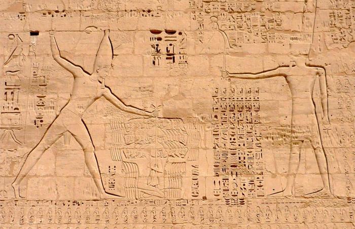 Рамсес III, побеждающий врагов, и бог Амон.