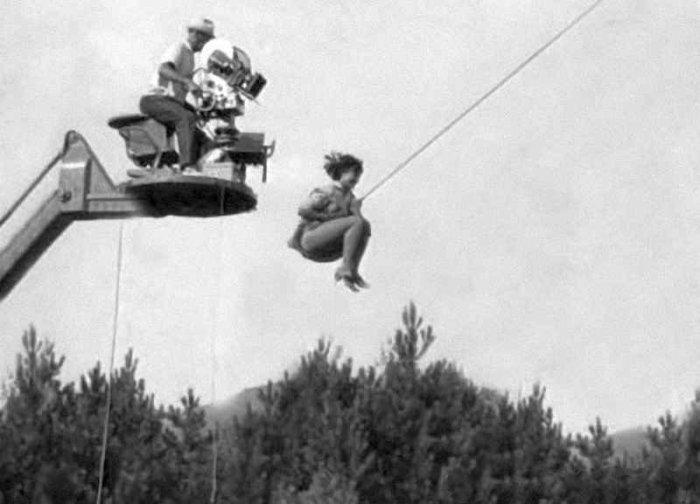 На съемках «Кавказской пленницы» Варлей прыгает со съемочного крана