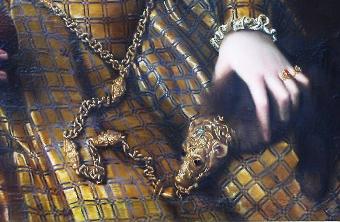 Шкурки с драгоценными головками, позднее также названные блохоловками, можно увидеть на многих портретах дам XV-XVI веков