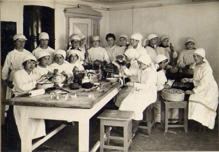 Кыштымская гимназия, урок домоводства, 1917 год