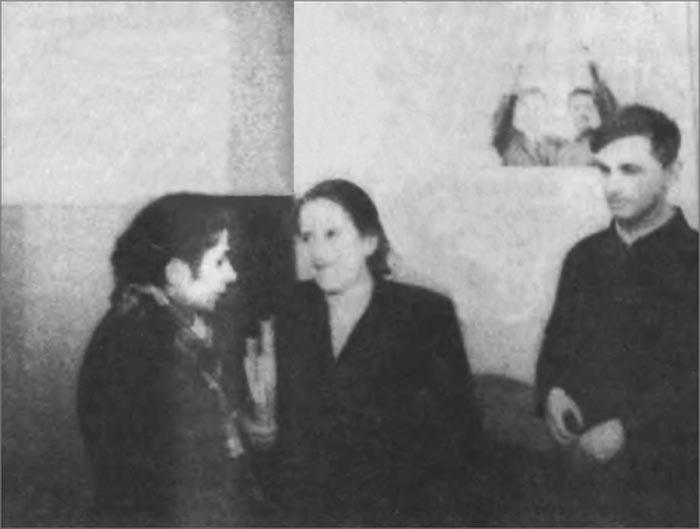 М. Г. Маркарянц (слева) жалуется на нерадивого ученика классному руководителю 10 «Б» Ф. И. Фурмановой
