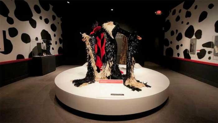 Костюм Круэллы из «101 далматинец», Музей искусств Muscarelle в Университете Индианы Art at the College of William and Mary