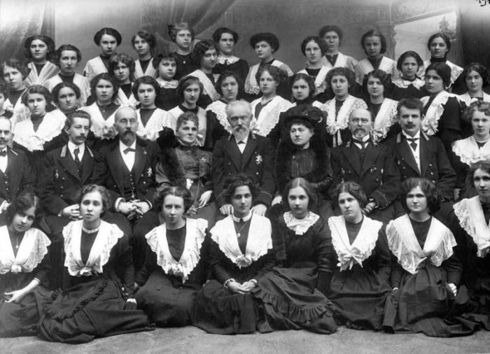 Групповой портрет учениц и учителей Женской гимназии принцессы Ольденбургской, Санкт-Петербург, 1912 год