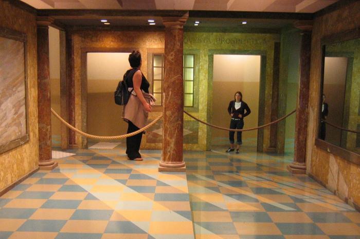 Комната Эймса – настоящий научный иллюзион. Построенное из нерегулярных трапеций, помещение с определенной точки зрения идеально обманывает зрителя благодаря нарушенной перспективе.