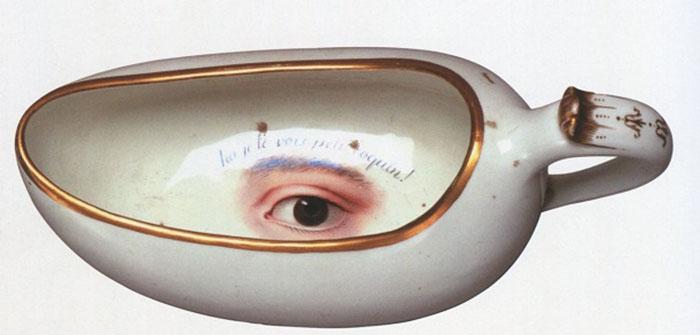 Бурдалю из петергофской коллекции украшен реалистично выполненной росписью. Надпись на французском языке: «Он тебя видит, шалунишка!»