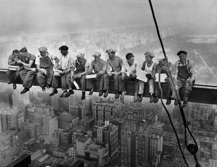 «Обед на вершине небоскреба» - самая известная фотография Чарльза Эббетса