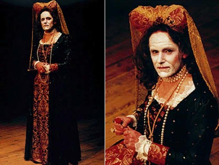 Актер Пол Терри в роли Маргарет Молташ в театральной постановке «Уродливая герцогиня»