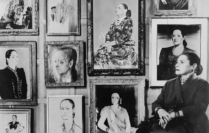 Королева косметической империи Елена Рубинштейн на фоне своих портретов