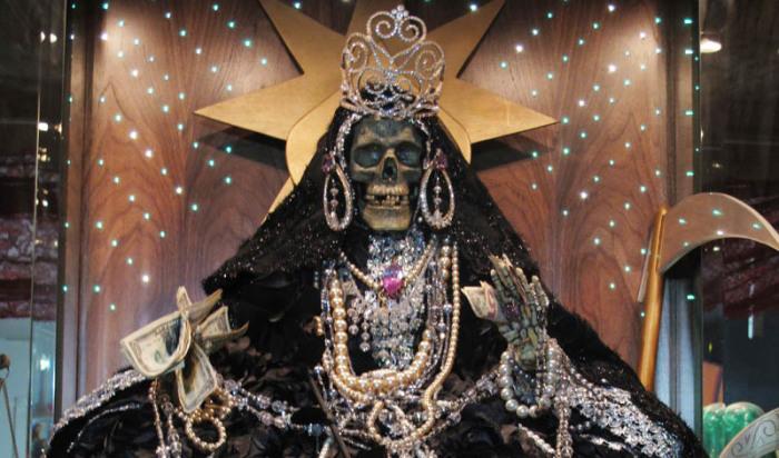 Святая Смерть, как и каждая девушка, любит подарки и украшения