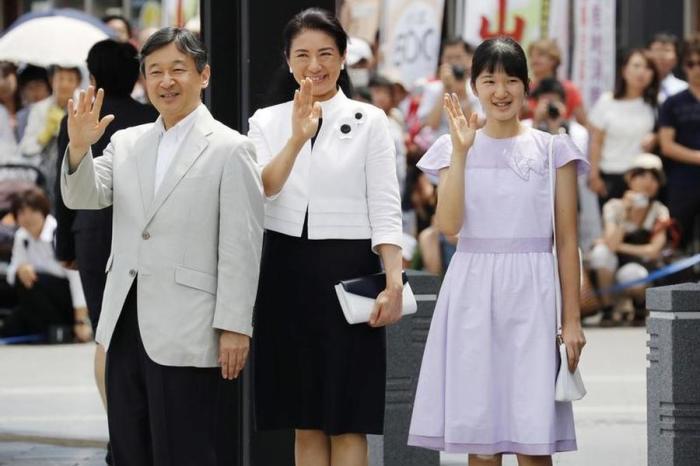 Наследный принц Японии с женой и дочерью