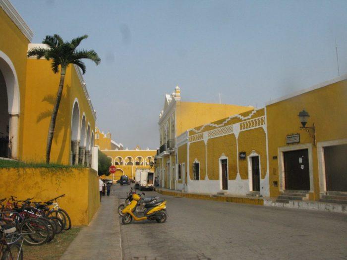 Мексиканский Изамал, расположенный на берегу Мексиканского залива, выкрашен в солнечный цвет и называется, как не трудно догадаться, «желтым городом»