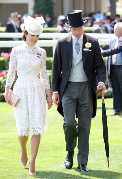 Члены королевской семьи, разумеется, показывают пример правильного выбора одежды для такого важного мероприятия