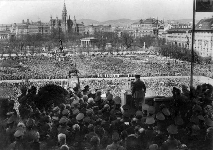 Выступление Гитлера в Вене перед восторженной толпой 15 марта 1938 на Wiener Heldenplatz