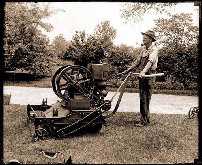 Одна из первых моделей газонокосилок на бензиновом двигателе
