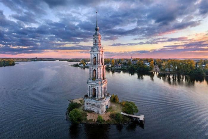 Сегодня затопленная колокольня находится на небольшом островке