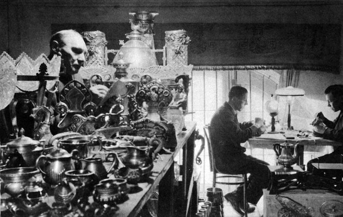 Гравировщики по металлу перебивают бессмертные имена на произведениях искусства вековой давности. Надпись «Романовы» они заменяют на «Новый отель Москва». Туристы, ворующие серебряные ложки на сувениры, в полном восторге от таких сувениров.