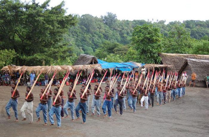 Имитация американских военных парадов – обязательный ежегодный ритуал для островитян, все еще ждущих Джона Фрума