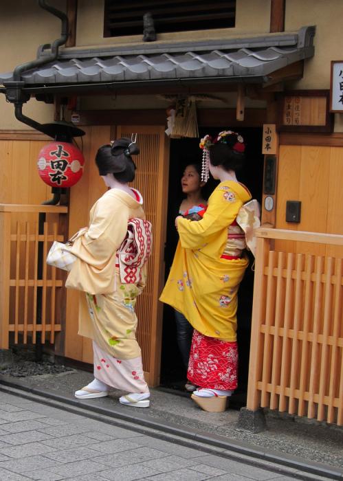 Гейша, майко и сикоми (младшая майко или служанка) у входа в окия Одамото, Киото