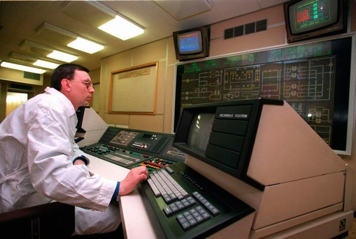 Ученый за мониторами компьютеров, контролирующих параметры среды в Мавзолее
