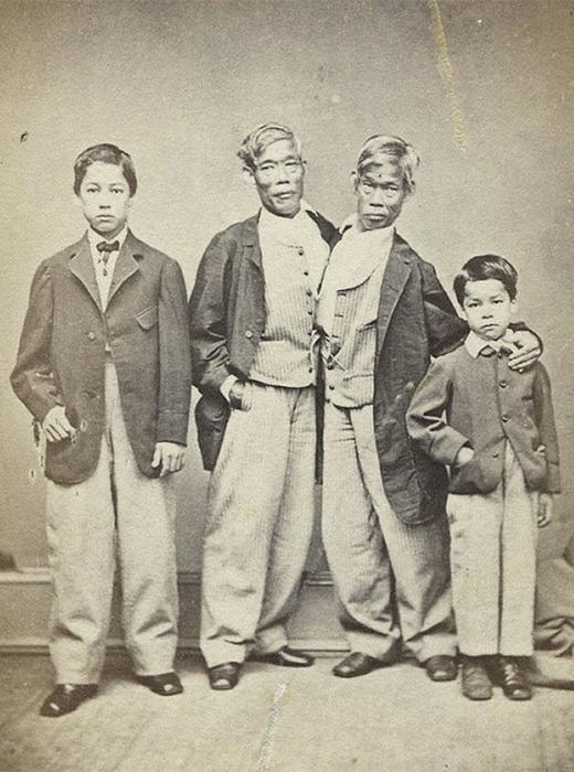 Чанг и Энг Банкеры со своими детьми