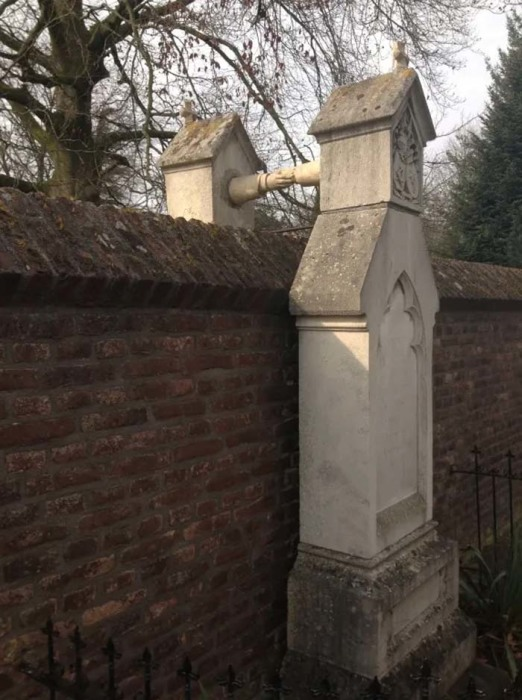 Памятник, соединяющий две могилы