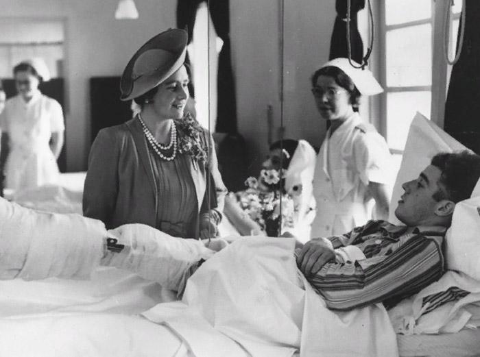 Елизавета во время посещения военного госпиталя, 1940 год