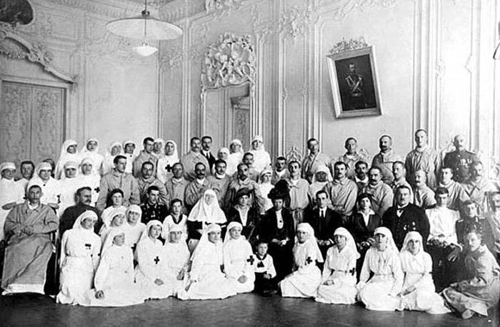 Мария Александровна во время посещения госпиталя