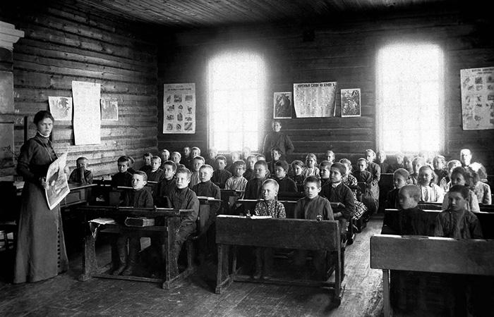 Земская школа, Челябинский уезд, урок ведет Серафима Александровна Мышкина (около 1910 года)