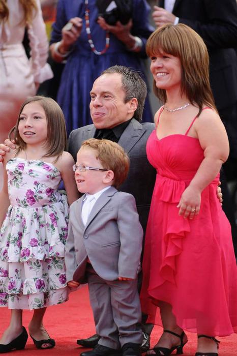Американский актер Уорвик Дэвис с семьей
