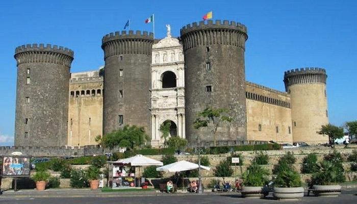 Замок Кастель-Нуово, в котором в XV веке произошла «кровавая свадьба»