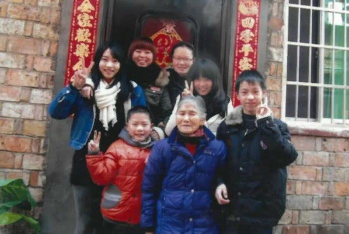 Тан в начале 2010-х со своими приемными детьми