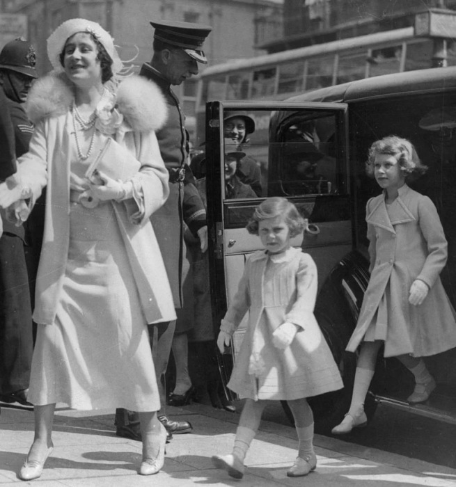 Королева Елизавета с дочерями