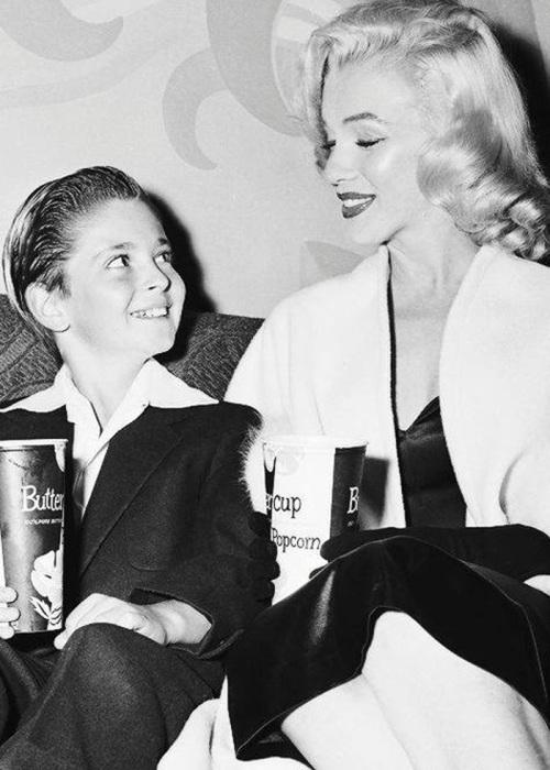 Знаменитое фото - Томми Реттиг и Мэрилин Монро в кинотеатре, 1954 год
