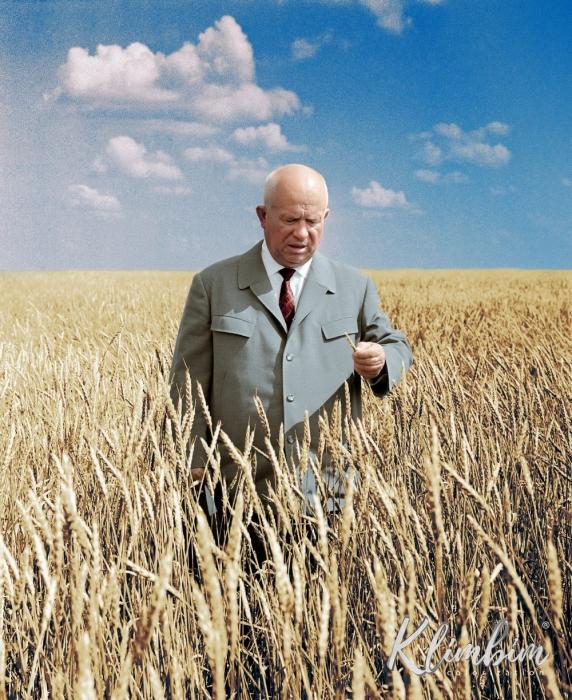 Никита Хрущев в поле, Казахстан. Фото Валентина Соболева