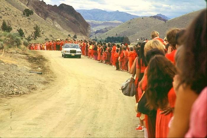Раджнишпурам, штат Орегон. Ошо за рулём роллс-ройса едет вдоль толпы своих последователей. Лето 1982 г.