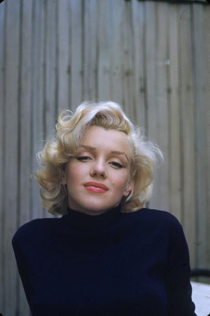 «Моя любимая фотография Мэрилин всегда висит на стене в моем офисе. Его сняли на маленьком дворике ее голливудского дома.»