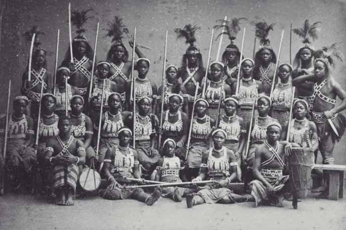 Групповой портрет африканских амазонок во время их пребывания в Париже в 1891 году, фото из коллекции Тропического музея