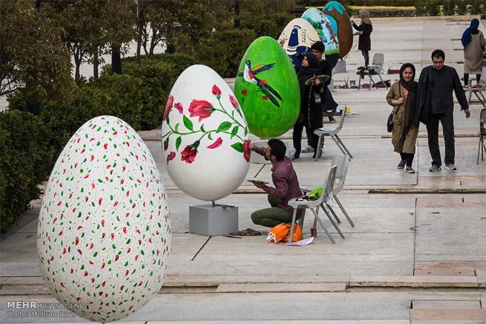 В Тегеране перед праздником на улицах раскрашивают гигантские яйца