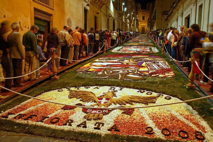 Современные фестивали в Италии полностью воспроизводят старинную технику создания рисунков из лепестков цветов