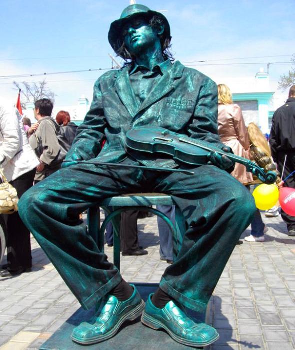 Актеров, работающих в жанре «Живая статуя» относят к мимам, а их представление – это пантомима