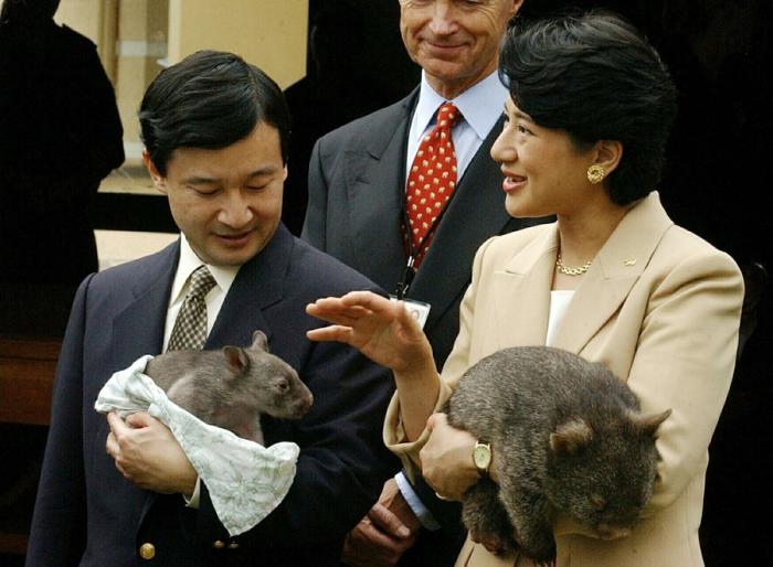 Нарухито и Масако с вомбатом и коалой во время посещения зоопарка в Сиднее, 2013