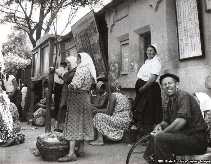 На остановке общественного транспорта в Одессе