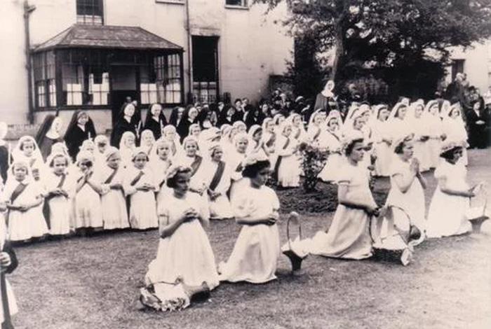 Девочки из приюта Челтенхем перед отправкой в Австралию, 1947 год