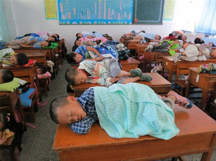 Рабочий день у китайских учеников начинается в 5 утра, поэтому традиционный получасовой сон после обеда – это не наказание, а награда