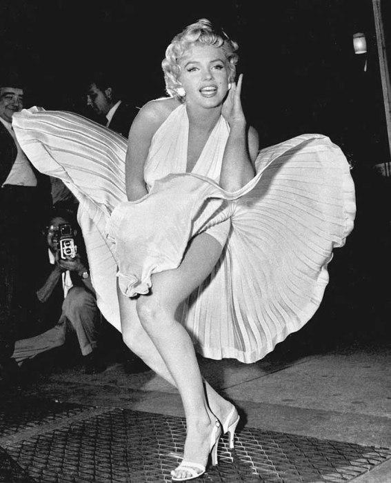 Мэрилин Монро позирует в белом платье